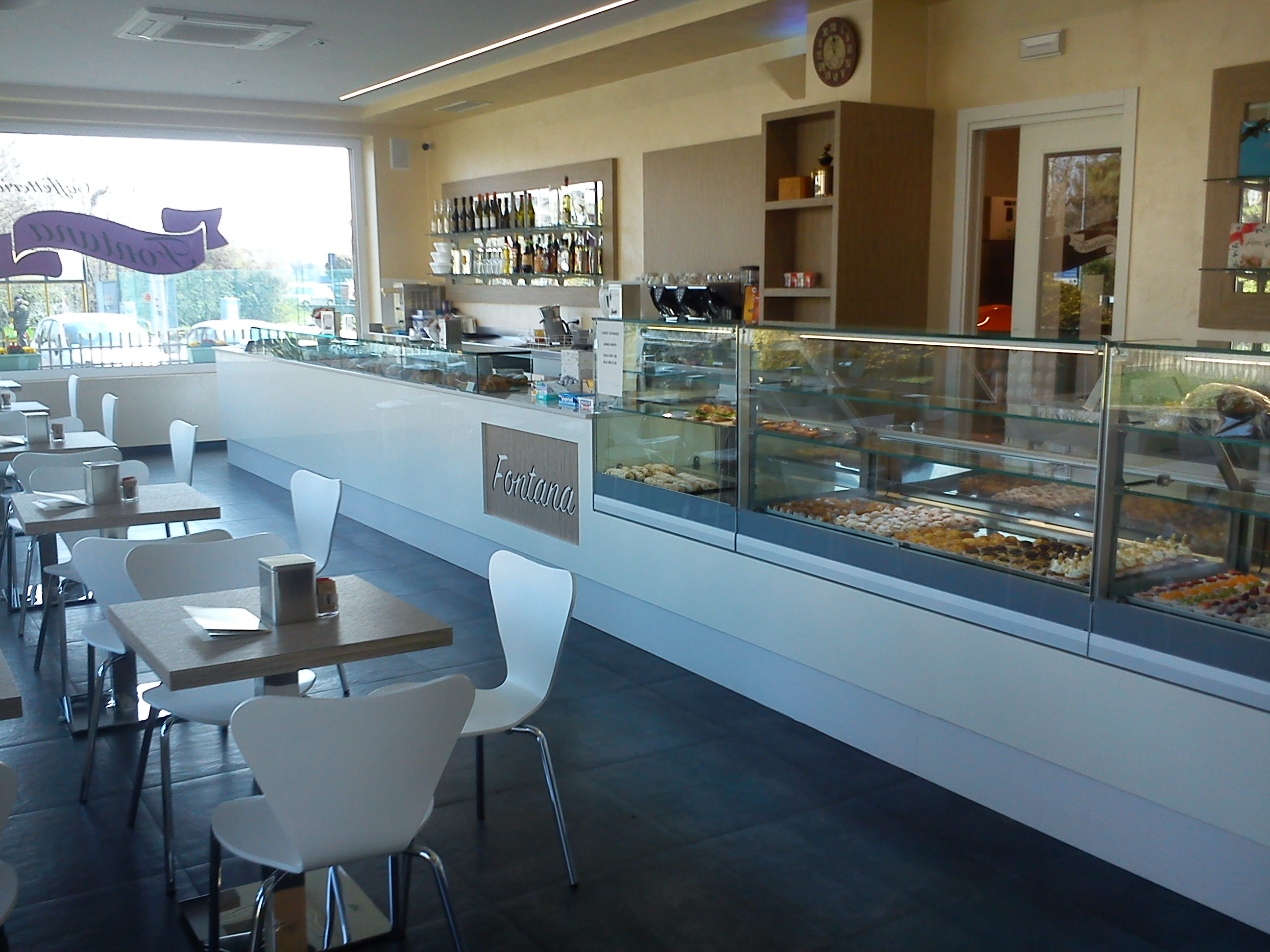 Arredamenti bar ristoranti e negozi su misura astor arreda for Arredamento per bar prezzi